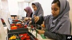 تعدادی از گروه دختران متعلم افغان که ویزۀ ایالات متحده را دریافت نکردند.