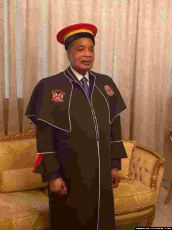 Président Denis Sassou na bato basusu nsima na kozwa mbano ya Docteur Honoris Causa ya Université Marien Ngouabi na Palais ya Congrès, Brazzaville, 12 novembre 2020. (Twitter/Présidence Congo-Brazzaville)