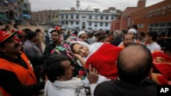 巴基斯坦白沙瓦一名在地震中受伤的妇女被送往当地医院(2015年10月26日)