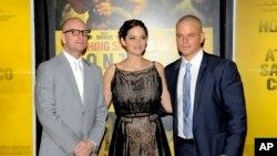 کارگردان استیون سُدِربِرگ در کنار ماریون کوتیار و مت دیمون