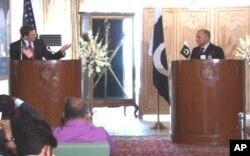 Enviado especial americano para o Paquistão e Afeganistão, Marc Grossman em conferencia de imprensa ao lado do seu homólogo paquistanês Salman Bashir