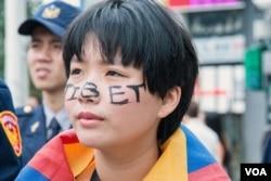 参加抗议活动的台湾年轻人。(美国之音记者方正拍摄)