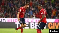Thomas Mueller du Bayern Munich jubile après son premier but avec Jerome Boateng, lors d'un match de la bundesliga, 24 août 2018