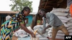 Une femme reçoit une aide en tant que de déplacés internes le 20 mai 2019 dans le village de Cherqo, dans le sud de l'Éthiopie.