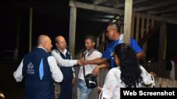 Vicedefensor del Pueblo de Colombia Jorge Enrique Calero, hablando con habitantes de Tumaco, Colombia tras la masacre.