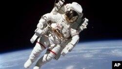 Brus Mekendls u svemiru 1984.