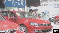 Ngày càng có nhiều người Trung Quốc đến xem nơi trưng bày xe hơi và số người mua cũng tăng mạnh