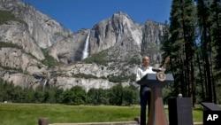Presiden AS Barack Obama berbicara di Jembatan Sentinel, di depan Yosemite Falls, air terjun tertinggi di Taman Nasional Yosemite, California (18/6). (AP/Jacquelyn Martin)