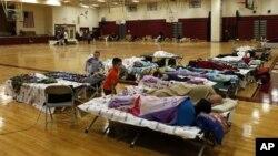 受桑迪颶風影響的紐約人在紅十字會的避難所休息。
