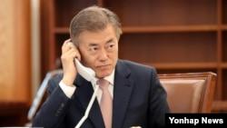 문재인 한국 대통령이 11일 아베 신조 일본 총리와 취임 후 첫 전화통화를 하고 있다.
