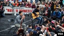 Band NOAH tampil di hadapan pengunjung festival 'Made in Indonesia' di Washington, DC. (VOA/Christian Arya Winata)