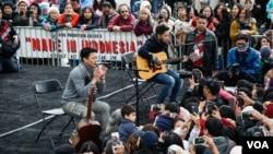 Band NOAH tampil di hadapan pengunjung festival 'Made in Indonesia' di Washington, DC. (VOA/Christian Arya Winata)