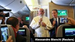 El Papa Francisco habla con periodistas a bordo del avión que lo traslada a Chile y Perú, Enero 15, 2018.