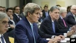 Los secretarios de Estado, John Kerry, y de Energía, Ernest Moniz (izquierda) durante las conversaciones extendidas en Lausana.