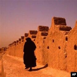 Ayollar Saudiya Arabistonida yolg'iz yura olmaydi
