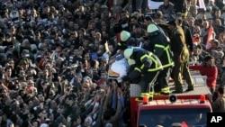 Des Egyptiens portent le cercueil d'une des victimes de l'attentat du 24 déc. 2013 à Mansoura, dans le Delta du Nil