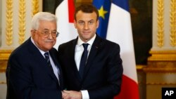 Presiden Palestina Mahmoud Abbas (kiri) bertemu Presiden Perancis Emmanuel Macron di istana Elysee, Paris (foto: dok).