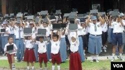 Sebanyak 281 laptop buatan siswa SMK di Solo dibeli oleh pemerintah kota Solo dan dibagikan kepada ratusan siswa di kota Solo (2/1).
