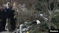 Presiden AS Barack Obama saat meninjau kawasan yang hancur akibat badai Sandy di Staten Island, New York City (15/11). Obama mengajukan dana rekonstruksi pasca bencana sebesar $60,4 milyar.