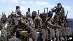 Các chiến binh vũ trang của nhóm Al-Shabab ở vùng ngoại ô thủ đô Somalia.