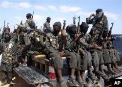 Những chiến binh al-Shabab có vũ trang ngồi phía sau những chiếc xe tải bên ngoài Mogadishu ở Somalia, 8/12/2008.