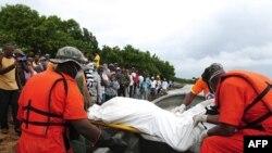 Nnhân viên cứu hộ khiêng xác các nạn nhân vụ chìm tàu lên bờ ở Sabana de La Mar, ngày 8/2/2012