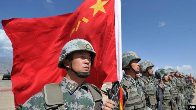 """Chuyên gia Bonnie Glaser cho rằng tình cảnh bị bao vây tứ phía khiến Trung Quốc """"đặc biệt nhạy cảm"""" về các vấn đề liên quan đến chủ quyền và bác bỏ có bất kỳ ca nhiễm Covid-19 nào trong quân đội."""