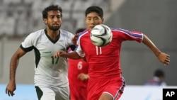18일 인천 아시안게임 조별리그 F조 2차전에서 북한의 정일관 선수(오른쪽)와 파키스탄 사담 후세인 선수와 공을 차지하기 위해 경합을 벌이고 있다.