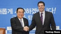 한국 야당인 새정치민주연합 문희상 비대위원장이(왼쪽) 16일 국회에서 마크 리퍼트 주한 미국대사를 접견하고 있다.