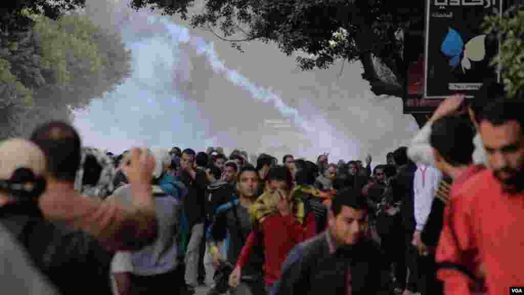 Protesters run after police fired tear gas in Cairo, Dec. 6, 2013. (Hamada Elrasam for VOA)