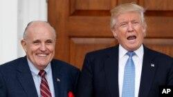 Le président élu des Etats-Unis, Donald Trump, à droite, présente Rudy Giuliani, l'ex-maire de New York, son conseiller sur le piratage informatique, à Bedmnister, N.J., 20 novembre 2016.