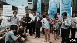 香港佔中金融組發表在國際媒體刊登的一封致中國國家主席習近平的公開信,呼籲習近平遵守基本法中有關一國兩制的承諾。 (美國之音湯惠芸拍攝)