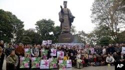 Người dân thắp hương và đặt vòng hoa tại Tượng Đài Lý Thái Tổ ở Hà Nội trong không khí trang nghiêm của buổi lễ kéo dài 1 tiếng, bắt đầu từ 8:30 sáng ngày 17/2/2016.