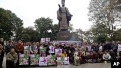 100多名越南人聚集在河内市中心纪念短暂而血腥的中越边界战开战37周年。 (2016年2月17日)