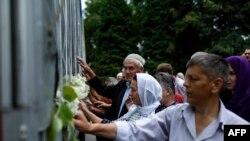波斯尼亞穆斯林在2015年7月5日幾紀念斯雷布雷尼察大屠殺