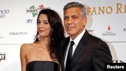 George Clooney, aquí junto a su novia Amal Alamuddin, será homenajeado por la Asociación de Prensa Extranjera de Hollywood.