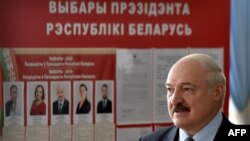 លោក Alexander Lukashenko ប្រធានាធិបតីបេឡារុសអញ្ជើញទៅបោះឆ្នោតនៅស្ថានីយបោះឆ្នោតមួយនៅក្នុងក្រុង Minsk កាលពីថ្ងៃទី៩ ខែសីហា ឆ្នាំ២០២០។