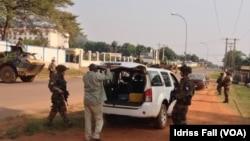 Wanajeshi wa Ufaransa wakifanya ukaguzi katika kituo cha ukaguzi mjini Bangui