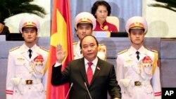 លោក Nguyen Xuan Phuc (រូបកណ្តាល) ចូលស្បថបន្ទាប់ពីត្រូវបានបោះឆ្នោតជ្រើសរើសជានាយករដ្ឋមន្រ្តីថ្មី នៅក្នុងក្រុងហាណូយ ប្រទេសវៀតណាម កាលពីថ្ងៃទី៧ ខែមេសា ឆ្នាំ២០១៦។