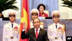 Nguyen Xuan Phuc (tengah) saat pengambilan sumpah jabatan sebagai Perdana Menteri di Hanoi, Vietnam (7/4).