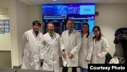 来自和谐社区医疗大联盟(SOMOS)的志愿团队在纽交所大楼为进出人员做新冠病毒检测筛查。图片来自陈治年医生(左二)。