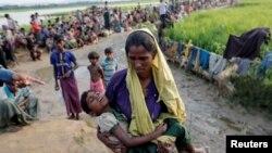 Ribuan pengungsi Rohingya yang baru saja tiba di Palang Khali, Bangladesh, Selasa (17/10).