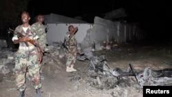 Soldados revisan el sitio de una explosión en un hotel de Madishu atacado por al-Shabab.