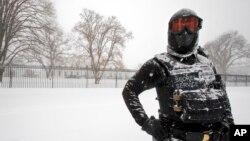 一名全副武装的特警站在华盛顿白宫外没膝的雪中警卫 (2016年1月23日)
