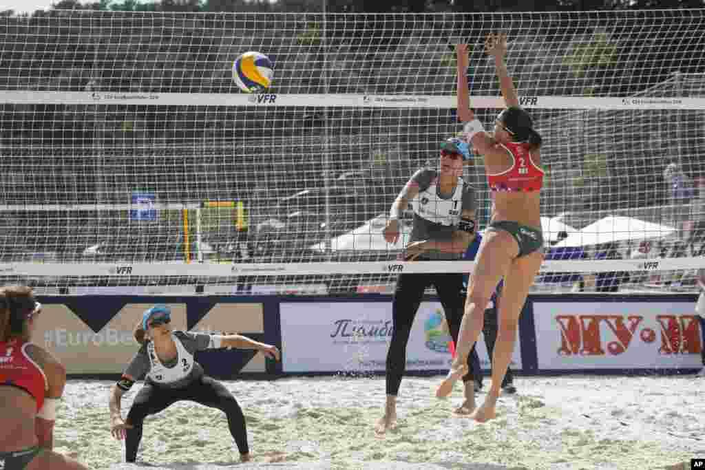 عکسی از مسابقات والیبال ساحلی در شهر مسکو بین تیم زنان سوئیس و اتریش.