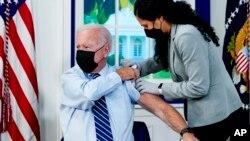 Tổng thống Mỹ Joe Biden ngày 27/9 nhận mũi vaccine thứ ba chống COVID.