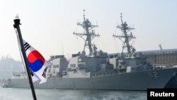 3月9日美國海軍導彈驅逐艦拉森號與菲茲杰拉德號停泊在韓國軍港東海港外