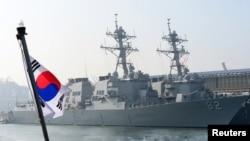 3月9日美国海军导弹驱逐舰拉森号与菲茲杰拉德号停泊在韩国军港东海港外
