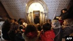 Katolički vernici na ulazu u pećinu u Crkvi Hristovog rođenja, u Vitlejemu, u kojoj se po tradiciji rodio Isus Hrist