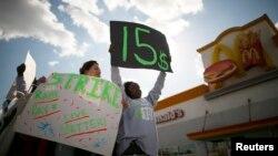 5일 미국 서부 캘리포니아 로스엔젤러스의 한 패스트푸드 음식점 앞에서 종업원들이 임금 인상을 요구하는 시위를 벌였다.